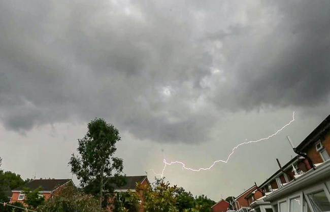 Met Office issue thunderstorm and lightning warning TODAY